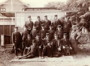 Personalet foran en omnibus opstillet ved Kirkegårdsvej 8. Kilde Århus billeder
