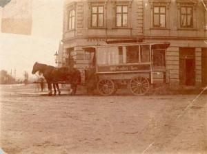 Hjørnet af Østbanetorvet og Mejlgade, I baggrundenKystvejen. Med hestesporvogn fra Århus sporveje. Kilde: Århus billeder